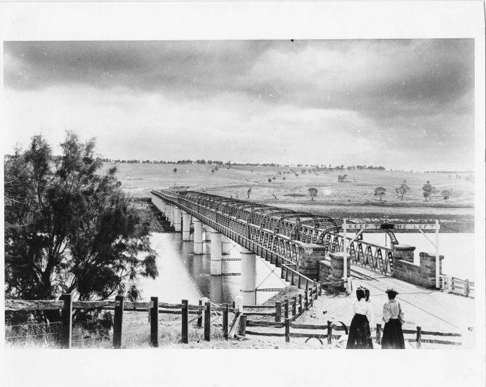 Bridge with Women B6548