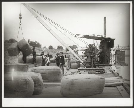Unloading cargo from a barge at Murray Bridge c1880, B28884